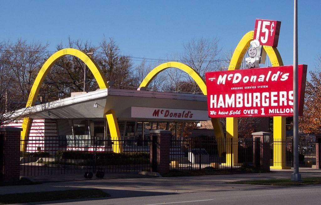 Золотые арки, которые стали символом бренда McDonalds