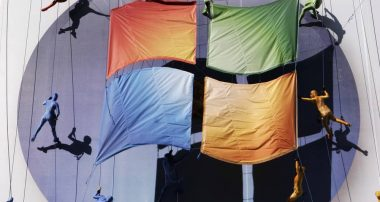 Группа воздушных гимнастов вывешивают логотип Windows Vista на здании в Нью-Йорке 29 января 2007 года