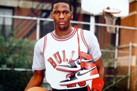 Майкл Джордан с кроссовками Nike Air Jordan