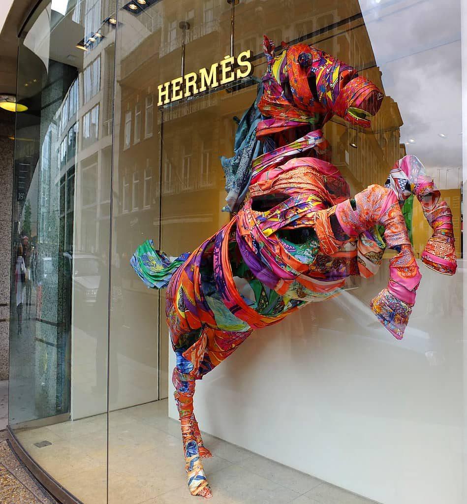 Шелковые шарфы — один из самых известных и доступных продуктов Hermes
