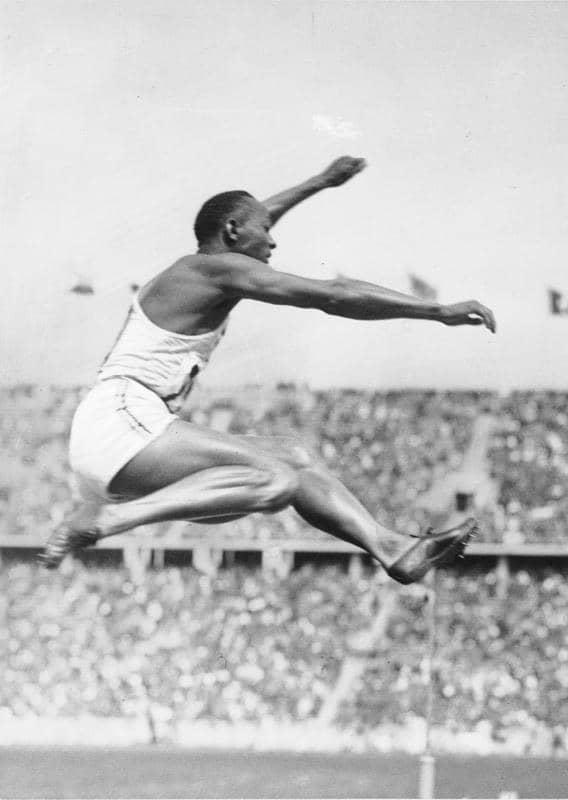 В бутсах от Адольфа Дасслера американский спортсмен Джесси Оуэнс взял четыре «золота» на Олимпиаде 1936 года
