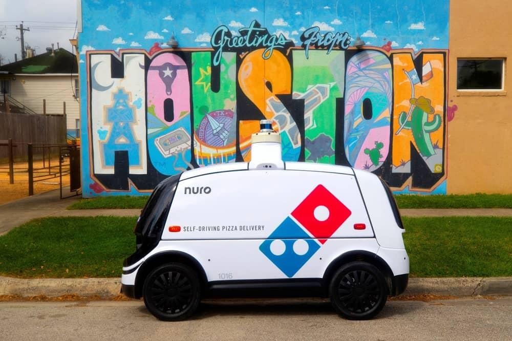 Беспилотный автомобиль Nuro привозит пиццу клиентам в Хьюстоне (Техас)